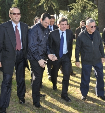Il sindaco Alemanno accompagnato da Don Crucitti e Don Fusi