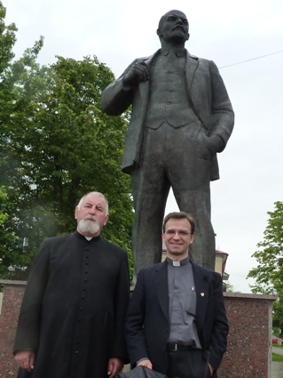 Don Steczkowski davanti al monumento a Lenin a Iwanawa.