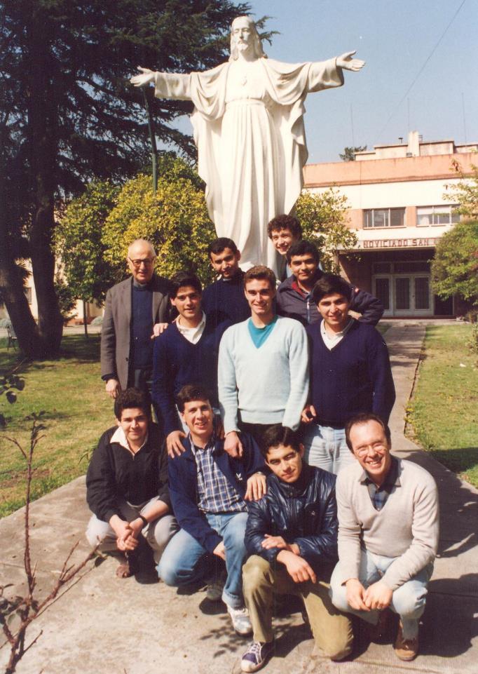 P. Baldussi con un gruppo di Novizi (Claypole 1992)