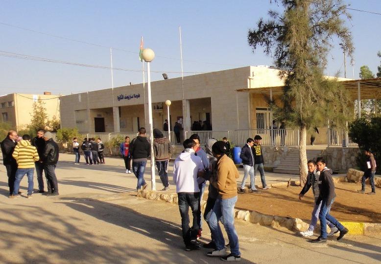 Ragazzi davanti alla Scuola