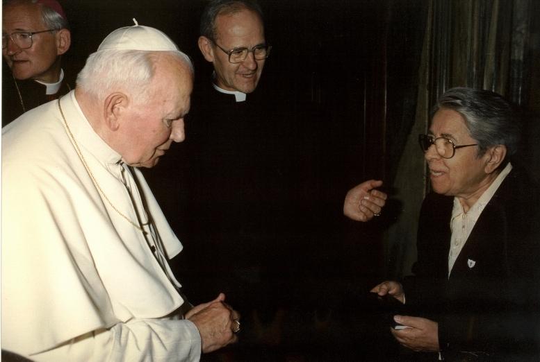 Concetta Giallongo presenta la Regola di vita dell'ISO a Papa Giovanni Paolo II