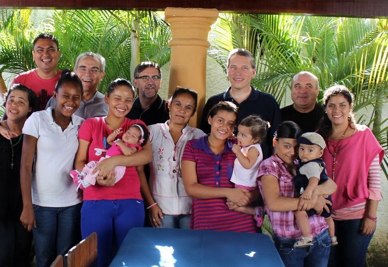 Padre Fernando nella casa per adolescenti madri