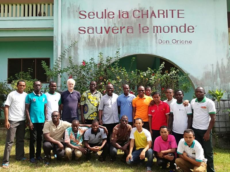 P. Kouassi e Don Ferrari con il grupo dei novizi