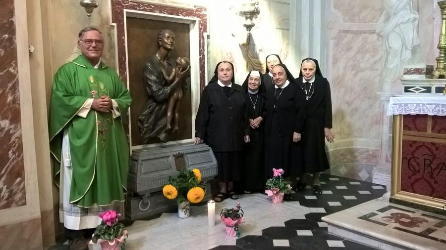 Alcune suore rondiniane sulla tomba della fondatrice M. Giuseppina Valdettaro